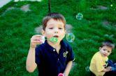 Prin imitatie, copilul cu autism poate invata multe comportamente acceptate social